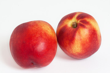 Nectarines - Prunus persica - en vrac sur fond blanc