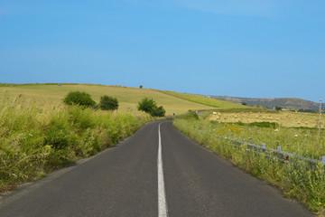 Strada asfaltata con colline
