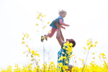 Papa macht mit Tochter den Flieger