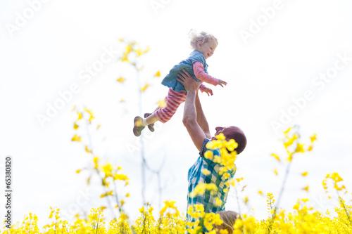 canvas print picture Papa macht mit Tochter den Flieger