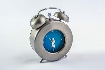 reloj plata y azul