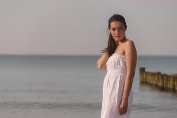 Schöne meditative Frau am Strand