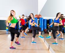 Ludzie taniec zumba cardio na siłowni fitness grupa