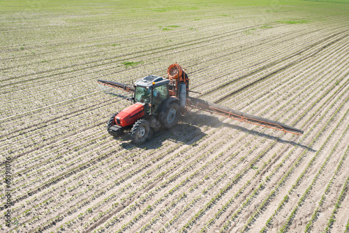 tractor spraying - 65398076