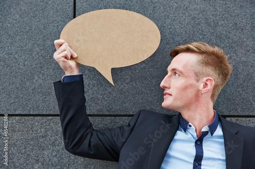 Geschäftsmann hält eine leere Sprechblase