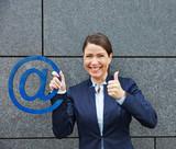 Frau mit Symbol f�r Internet h�lt Daumen hoch
