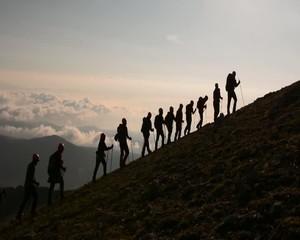 zirveye tırmanma ekibi ile bulutların üzerinde