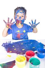 kleiner bunter Junge malt ein Bild
