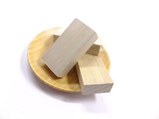木皿と木製の立方体