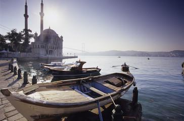 Ortakšy Camii am Bosporus, Türkei, Fischerboote in der Bucht
