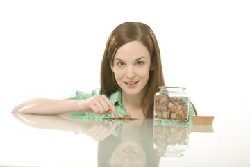 Frau beim Zählen von Münzen