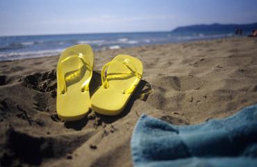 Flip-Flops auf Sand am Strand