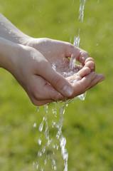 Hände fangen Wasser auf