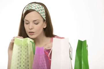 Junge Frau mit bunten Einkaufstüten