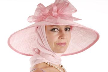 Frau trägt rosa Hut
