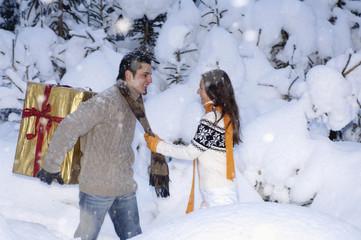 Junges Paar steht im Schnee