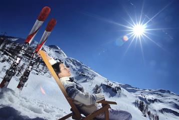Frau entspannt auf Liegestuhl in den Alpen, Seitenansicht