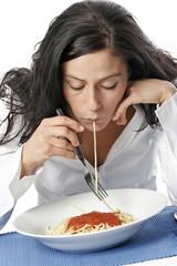 Junge Frau isst Spaghetti mit Gabel