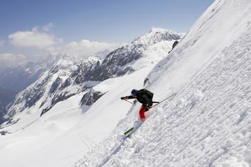 Österreich, Tirol, Skifahrer im Tiefschnee