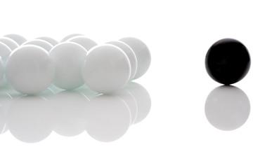 Gegensatz, ein schwarzer Ball und viele weiße Bälle