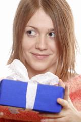 Teenager, Mädchen mit Geschenk