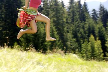 Junge Frau springt