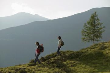 Junges Paar wandert in den Bergen