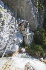 Österreich, Steiermark, Ramsau, Silberkarklamm, Junges Paar beim Klettern