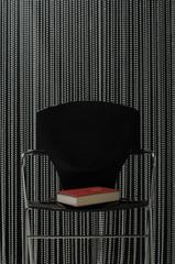 Buch auf Stuhl