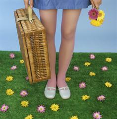 Junge Frau mit Picknick-Korb