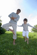 Vater und Sohn im Park, Junge Springen
