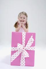 Mädchen stützen sich auf Geschenk-Box, Lächeln, Portrait