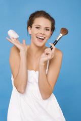 Frau jung mit Make-up Pinsel und Puderquaste, lachen
