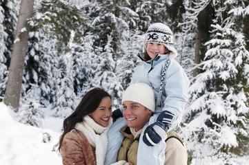 Österreich, Salzburger Land, Vater mit Sohn auf der Schulter