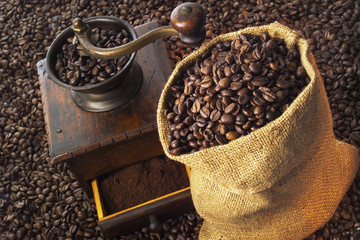 Kaffeemühle, Kaffee Bohnen in Jute-Tasche