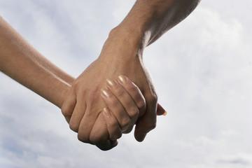 Paar Händchen haltend