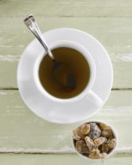 Tasse Tee mit Süßigkeiten