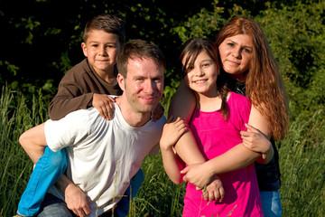 eine glueckliche Familie auf der Wiese