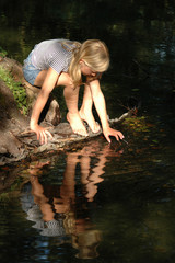 Mädchen, spielen am Wasser