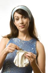 Junge Frau mit Portemonnaie