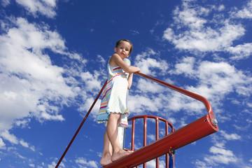 Mädchen klettert am Klettergerüst