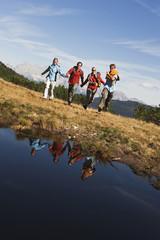 Österreich, Salzburger Land, Vier Wanderer