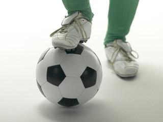 Fußballspieler, Fuß auf einem Fußball
