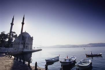 Istanbul, Fischerboote in der Bucht und Ortakšy Camii, Türkei