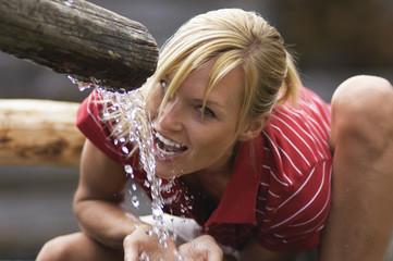 Blonde Frau trinkt Wasser, Porträt