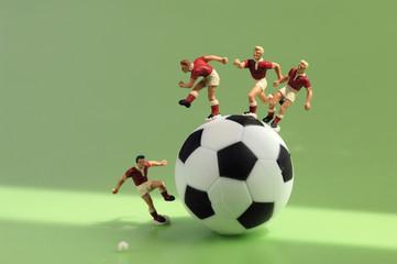 Spielzeugfiguren spielenen Fußball