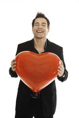 Junger Mann mit roten Herzen, close-up