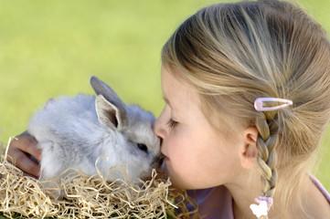 Mädchen küsst Osterhase