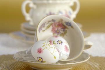 Ostereier und Kaffeetassen
