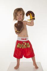 Junge tragen Boxhandschuh, Zähne zusammenbeißen